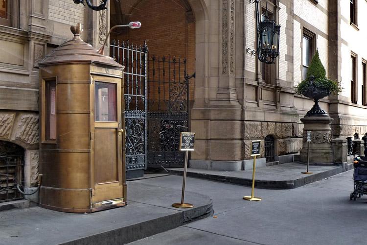 নিউ ইয়র্কের ডাকোটা বিল্ডিং: জন লেননকে যে জায়গায় হত্যা করে চ্যাপম্যান - কুইজার্ডস (Quizards)